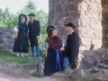Trachtengruppe vor der Hohenschramberg